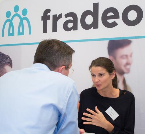 Stéphanie Mey, recruteur senior chez Fradeo, en entretien avec un candidat lors du Salon de l'emploi franco-allemand.