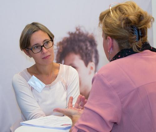 Sylvie Larivière, recruteur senior chez Fradeo, écoute une candidate lors du Salon de l'emploi franco-allemand.